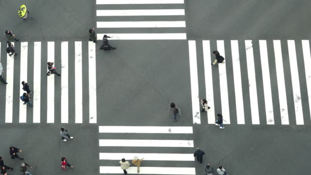 vídeos de stock e filmes b-roll de 4k footage of people and car crowd with areial view pedestrains intersection cross-walk ginza crosswalk car traffic on tokyo city - ginza
