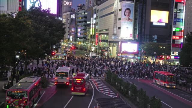 areial ビュー pedestrains 交差点横断渋谷横断歩道交通東京都の人々 の群衆の 4 k 映像。日本 - 横断する点の映像素材/bロール