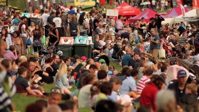 vídeos de stock, filmes e b-roll de footage of people crowding at balloon fiesta and festival at ashton court bristol uk no - festa do balão de ar quente