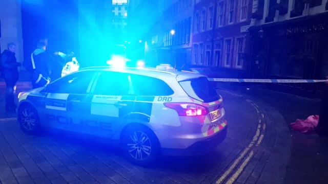 footage of police cordons, fire brigade and police cars after a gas main ruptured in the strand, central london. approximately 1,450 people have been... - 戦隊点の映像素材/bロール