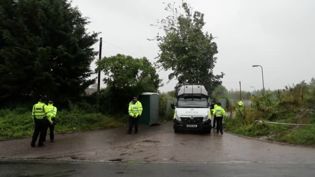 footage of police outside a location in burghfield common, berkshire as thames valley police investigate the death of pc andrew harper. ten people... - newbury inghilterra video stock e b–roll