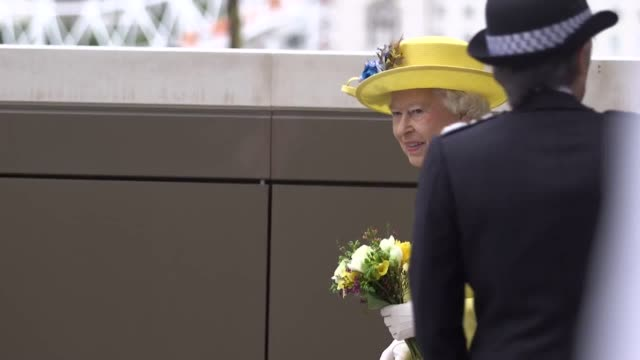 vídeos de stock, filmes e b-roll de footage of queen elizabeth ii and the duke of edinburgh departing after opening the new metropolitan police headquarters interview with police... - 2017