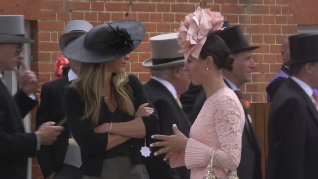 footage of race goers attending the first day of royal ascot. the berkshire racing event will draw around 300,000 people over the next five days. - ロイヤルアスコット点の映像素材/bロール