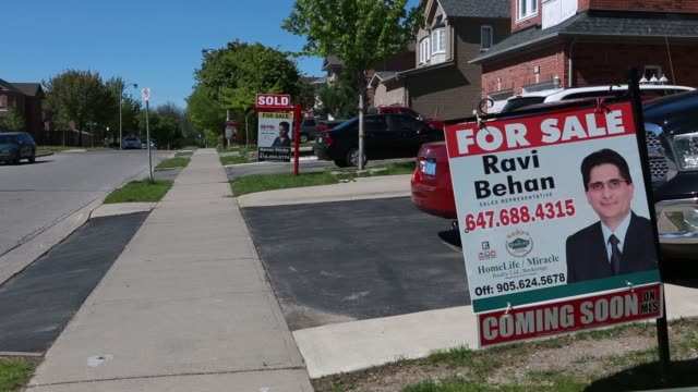 footage of real estate and homes for sale in brampton ontario canada on may 22th 2017 shots cu of for sale sign blowing in the wind similar sign... - 売り出し中点の映像素材/bロール