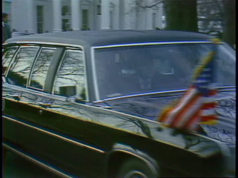 vídeos de stock, filmes e b-roll de footage of ronald reagan inside a car weaving as he leaves the white house to the capitol building. with white house in background - capitolio estatal de maryland