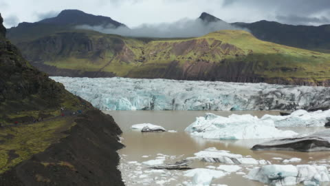 vídeos de stock e filmes b-roll de 4k footage of skaftafellsjökull with rainbow, iceland landscape, skaftafell national park - islândia
