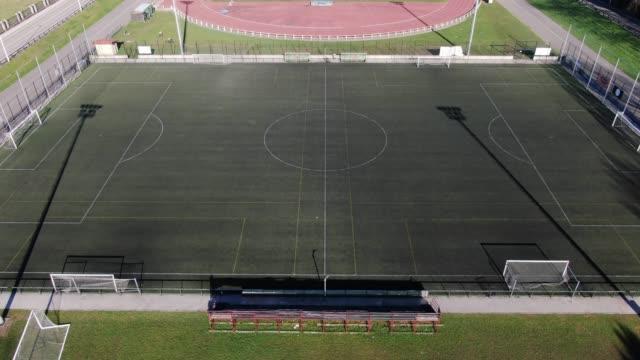 4k-aufnahmen von fußballplatz und sportbahn von oben gesehen - sportplatz stock-videos und b-roll-filmmaterial