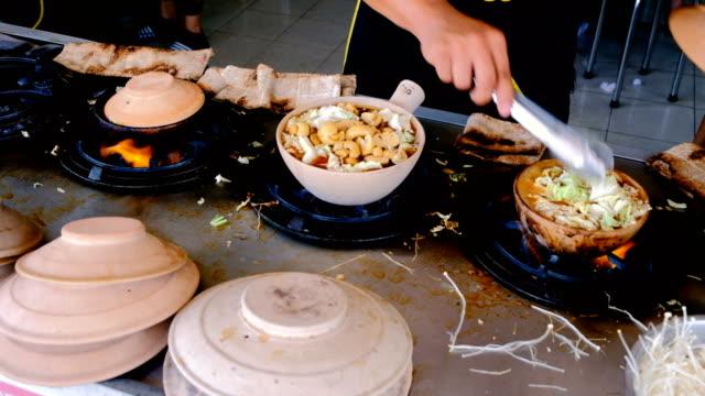 vídeos de stock e filmes b-roll de footage of stew of pork rib and herbal soup (bak kut teh) - singapura