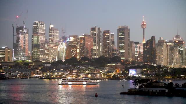 stockvideo's en b-roll-footage met beelden van de horizon van sydney, nsw, australië - passagiersschip