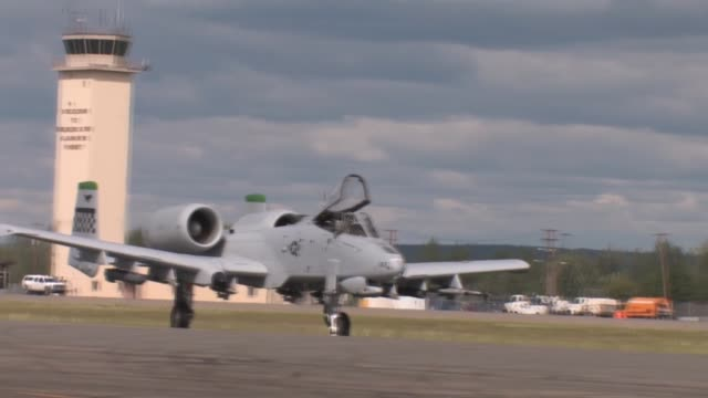vídeos de stock e filmes b-roll de footage of the 177th fighter wing njang red flag alaska 112 june 2011 flight line operations and take offs featuring f16c/d f15c f15e strike eagle... - aviation fatigue