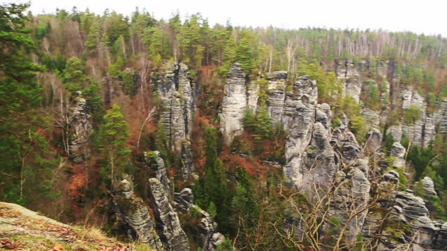 vidéos et rushes de footage of the beautiful saxon national park in germany from viewpoint with stunning views of the rock formations with vertigo and adrenaline sensation. - vertige