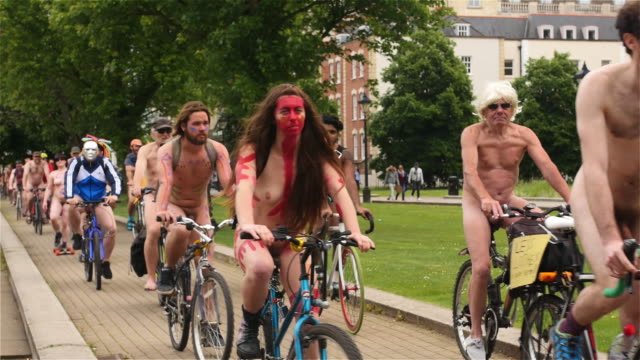 vídeos y material grabado en eventos de stock de footage of the bristol 2017 world naked bike ride, a clothing optional cycling event through the city, with the aim of delivering a vision of a... - preocupación por el cuerpo
