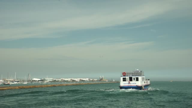 footage of the chicago skyline with lake michigan water taxis in passing by in chicago il on thursday september 21 2017 photographer christopher... - 水上タクシー点の映像素材/bロール