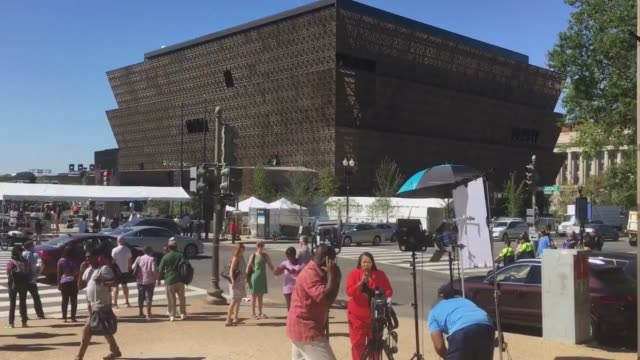 vídeos de stock, filmes e b-roll de footage of the exterior of the national museum of african american history and culture - smithsonian institution