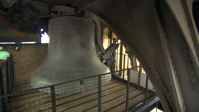 stockvideo's en b-roll-footage met footage of the famous bells in the clocktower of big ben ringing - klokkentoren met wijzerplaat