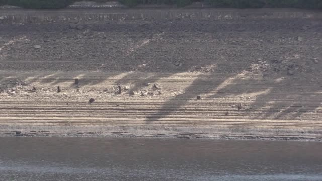 footage of the howden and derwent reservoirs in derbyshire, which are severely depleted after the july heat wave. united utilities customers in the... - derbyshire stock-videos und b-roll-filmmaterial