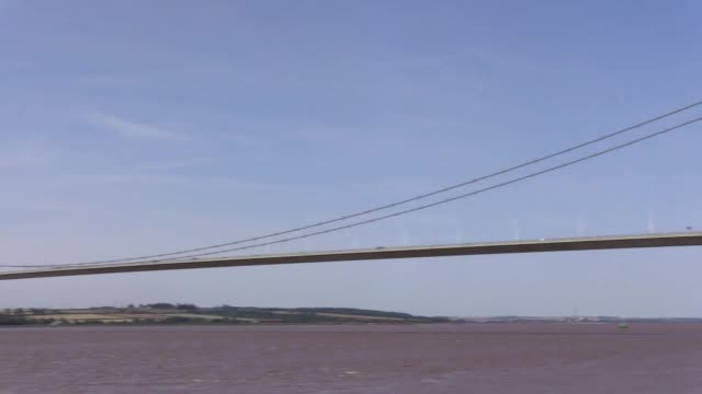 footage of the hull's humber bridge which has been granted grade i listed status on the 36th anniversary of it's opening other landmarks listed... - キングストンアポンハル点の映像素材/bロール