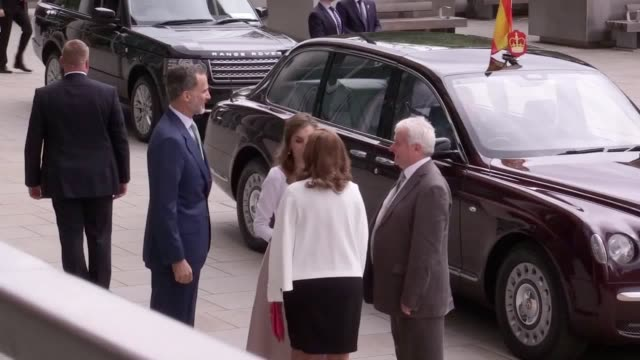 footage of the king and queen of spain arriving at the francis crick institute in london where they were welcomed by sir paul nurse - francis crick stock videos & royalty-free footage