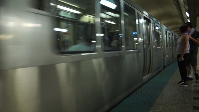 vidéos et rushes de footage of the metro in in chicago il on thursday september 21 2017 photographer christopher dilts shots footage of platform as train pulls up and... - métro de chicago
