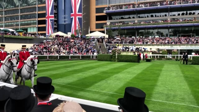 footage of the queen, prince charles and other members of the royal family arriving at ascot racecourse for day 2 of the prestigious event. - ロイヤルアスコット点の映像素材/bロール
