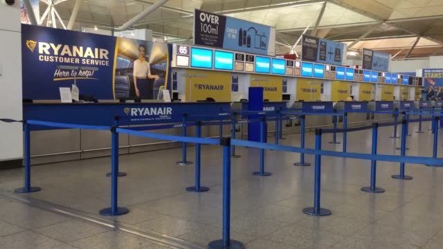 footage of the ryanair check in desks at stansted airport as the airline is given a deadline to obey compensation rules for their customers - ライアンエアー点の映像素材/bロール