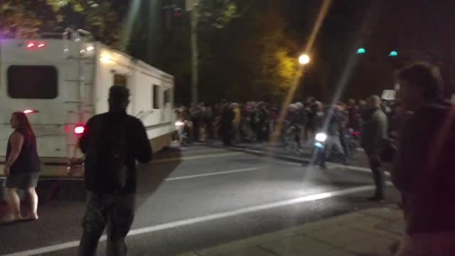 vídeos y material grabado en eventos de stock de footage of the second night of anti-trump protests in portland. - portland oregón