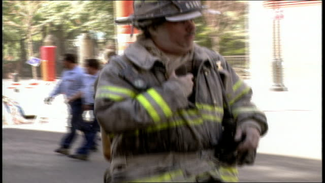 vídeos y material grabado en eventos de stock de footage of the steets in the aftermath of the world trade center collapse. police and emergency vehicles covered in dust. - 2001