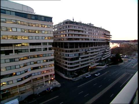 vídeos y material grabado en eventos de stock de footage of the watergate complex with a back and forth pan - río potomac