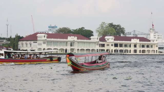 vídeos de stock, filmes e b-roll de footage of transportation and life around the chao phraya river in bangkok thailand on saturday feb 13 2016 shots cus of river boat ads cu of front... - rio chao phraya