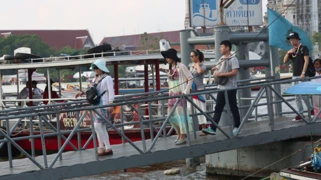 vídeos de stock e filmes b-roll de footage of transportation and life around the chao phraya river in bangkok thailand on saturday feb 13 2016 shots wide shot of boat passing through... - rio chao phraya