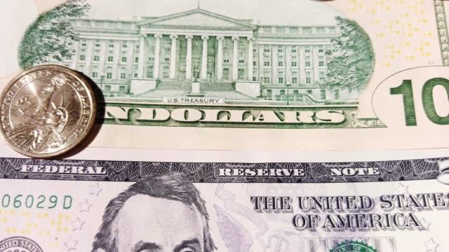 vídeos de stock e filmes b-roll de 4k footage of united states dollar (usd) coins and bills - nota de cinco dólares dos estados unidos