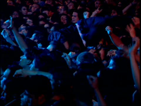 vídeos de stock, filmes e b-roll de footage people crowd surfing - jogando se na multidão