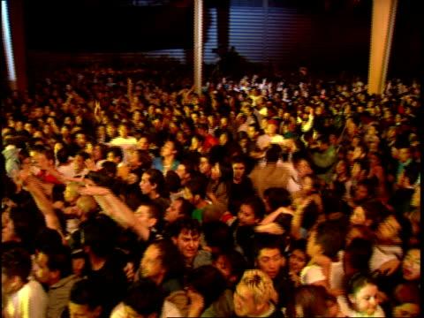 vídeos de stock, filmes e b-roll de footage people jumping and moshing - jogando se na multidão