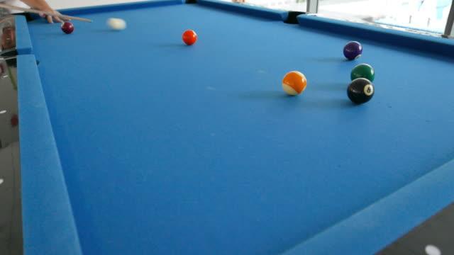 vídeos de stock, filmes e b-roll de vídeos 4 k: piscina nove jogo de bola, tempo em família: - número 9
