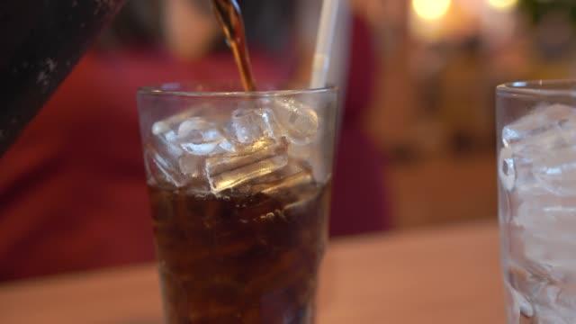 vídeos y material grabado en eventos de stock de imágenes 4k pour ice cola en el restaurante. - helado de vainilla