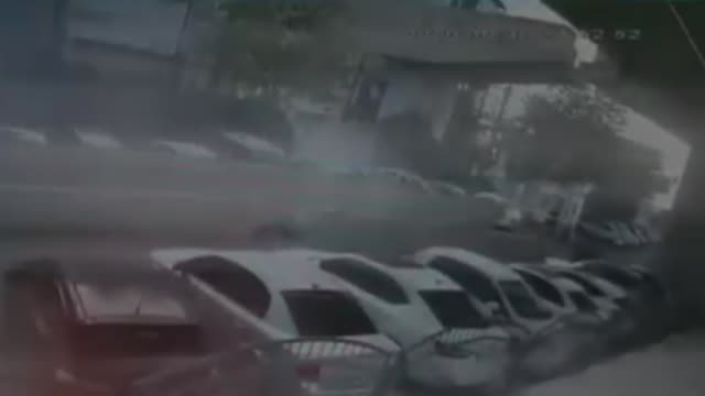 footage released recently shows the moments of a viaduct's collapsing over parked cars during the 6.6-magnitude quake that hit turkey's western izmir... - erdbeben stock-videos und b-roll-filmmaterial