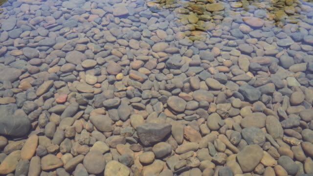 vídeos y material grabado en eventos de stock de imágenes 4k rocas que están decoradas bajo el agua - piedra material de construcción