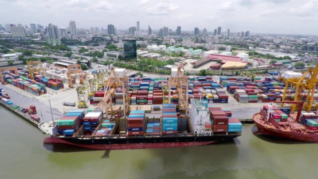 vídeos de stock, filmes e b-roll de filmagem rolling lado navios de carga - cilindro veículo terrestre comercial