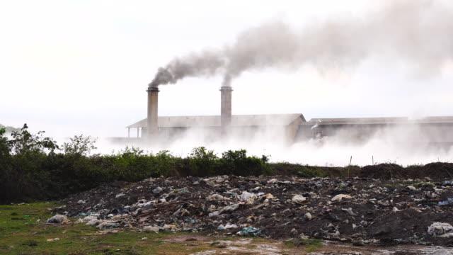 夜の時間、産業と公害の概念田舎で煙突工場の 4 k 映像シーン - 再生利用点の映像素材/bロール