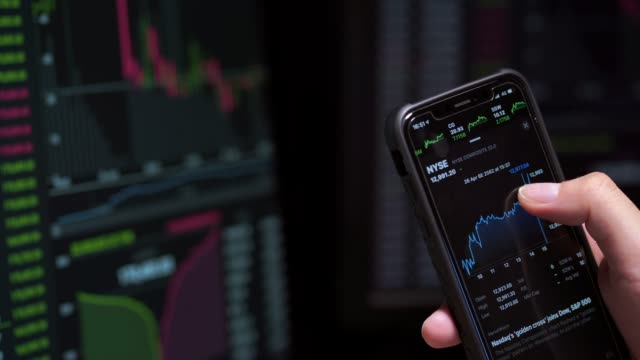 vídeos de stock, filmes e b-roll de imagens 4k os investidores do mercado de ações estão negociando ações - aplicação móvel