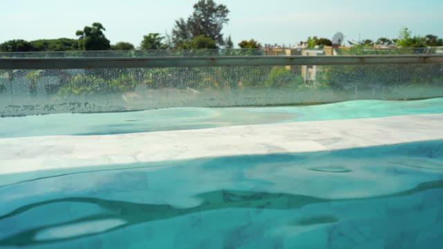 vídeos de stock, filmes e b-roll de 4k filmagem villa piscina. - lago infinito