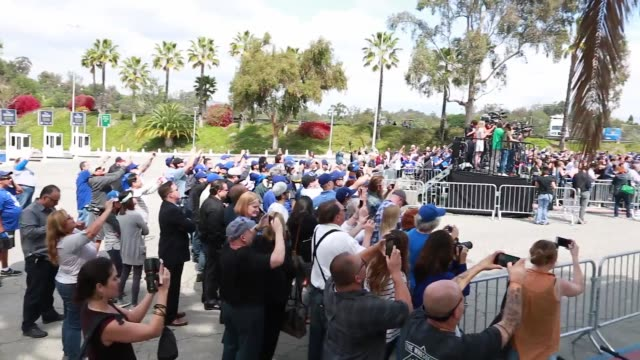 vídeos de stock, filmes e b-roll de footage taken at dodger stadium at vin scully's inaugural ceremony for the avenue named after him fans gathered for the special occasion - comentarista