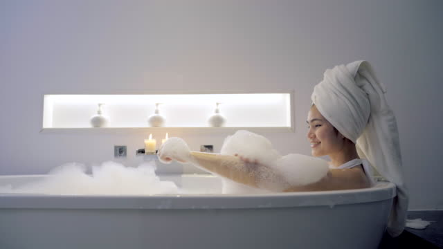 4K footage Women bathing in the bathtub And playing bubbles.