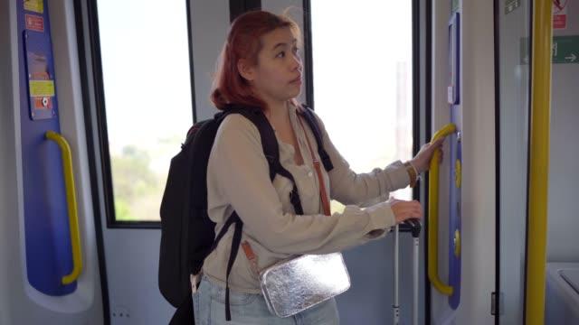 4K Footage Women warten auf den Zug zum Flughafen
