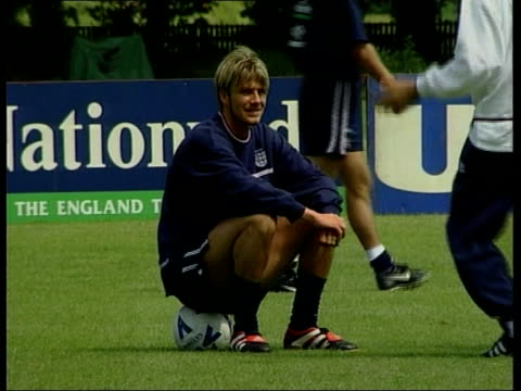 vídeos de stock e filmes b-roll de euro 2000 qualifiers england prepare itn england berkshire bisham abbey england players training england coach kevin keegan at training session david... - berkshire inglaterra