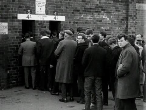 vídeos y material grabado en eventos de stock de football fans queue up to enter old trafford football stadium. 1964. - aficion
