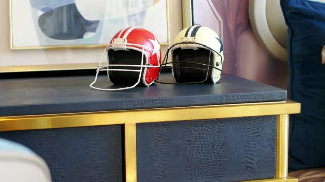 テーブルのフットボール用ヘルメット - アメリカンフットボールヘルメット点の映像素材/bロール