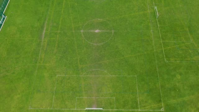 vídeos de stock e filmes b-roll de football pitches remain dormant and unused during the pandemic lockdown on march 31, 2020 in northwich, united kingdom. the coronavirus pandemic has... - campo de futebol