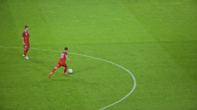 stockvideo's en b-roll-footage met slo mo football player heading the ball at the match - sportwedstrijd
