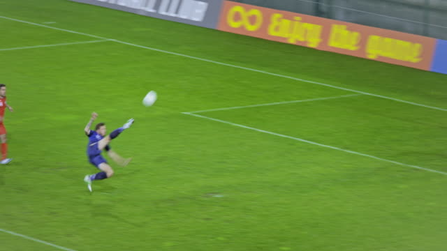 stockvideo's en b-roll-footage met football player scoring and celebrating - aspiraties